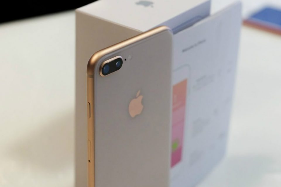 Apple offers free repair of iPhone 8.
