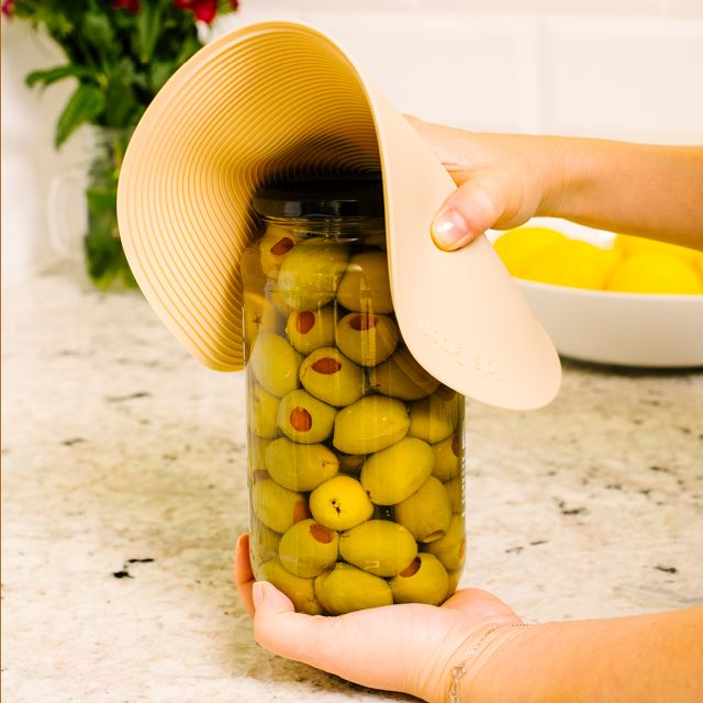 Safe Grabs jar opener